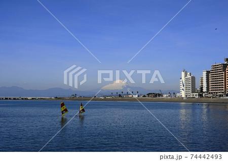 2月 鎌倉1128富士山・江ノ島と腰越海岸(ウインドサーフィン) 74442493