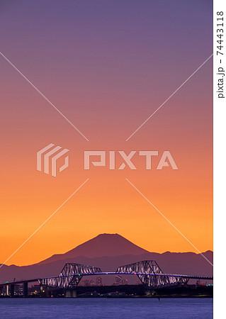 「千葉県」マジックアワーと東京湾越しに眺める富士山と東京ゲートブリッジ 74443118