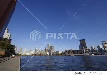 隅田川の川岸に沿って建ち並ぶ高層ビル 74448226