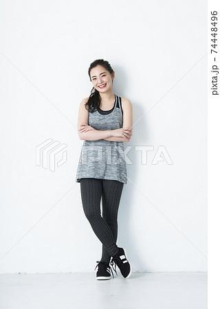 若い女性 スポーツウェア 白バック カメラ目線 74448496