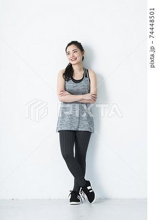 若い女性 スポーツウェア 白バック カメラ目線 74448501