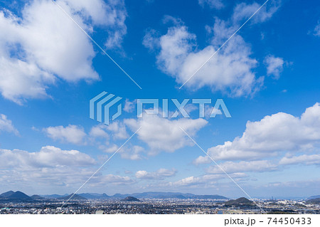 冬の空 街並み(香川県高松市~三木町) 74450433