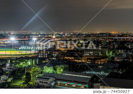 街中にある工場と野球場の夜景。原池公園野球場 74450927