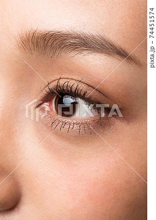 女性の目クローズアップ 74451574