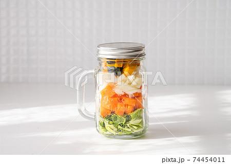 健康的な食事のイメージ メイソンジャーに入った野菜 74454011