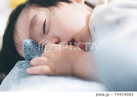 指を加えて眠る1歳の男の子 74454083
