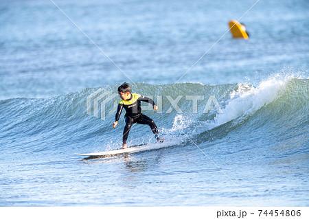 湘南でサーフィンをする小学生の男の子 74454806