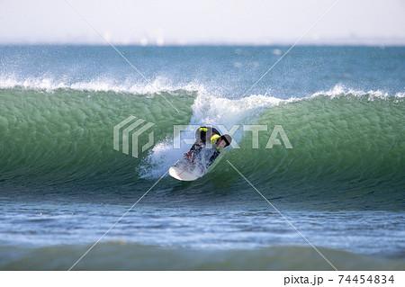 サーフィンをする小学生の男の子の顔 74454834