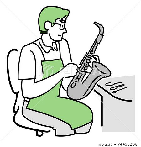 金管楽器の修理をする男性の修理職人 74455208