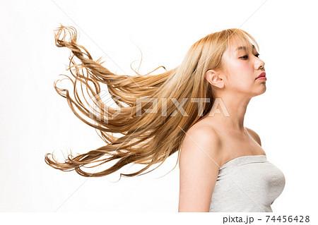 躍動感ある髪 74456428