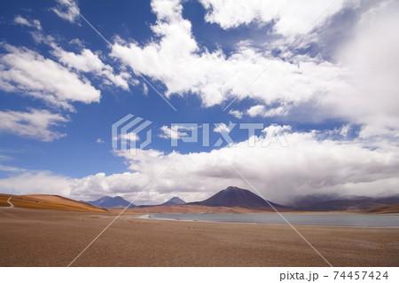 チリ アタカマ高地のミスカンティ湖 74457424