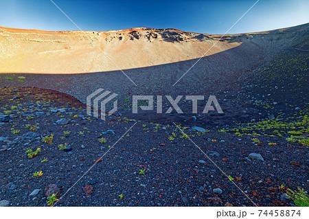 富士山・宝永火口底から見る火口壁 74458874