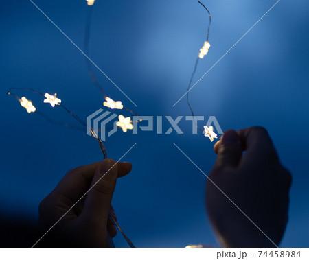 星のワイヤーライトと日没後の青い空 74458984