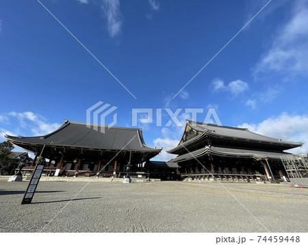 京都 観光客がいない早朝の東本願寺 74459448