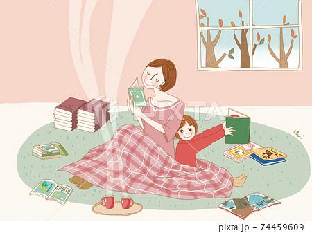 家の中で読書する親子。 74459609