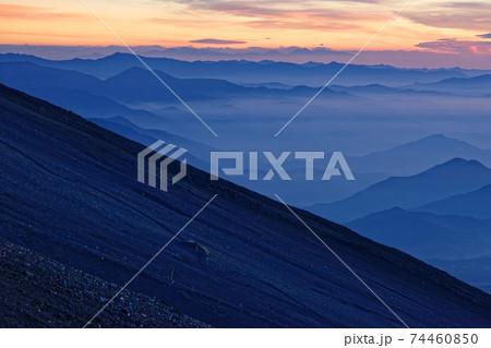 富士山・宝永山から見る夜明けの山並み 74460850