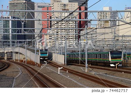 高輪ゲートウェイ駅の京浜東北線E233系と湘南新宿ラインE231系電車 74462757