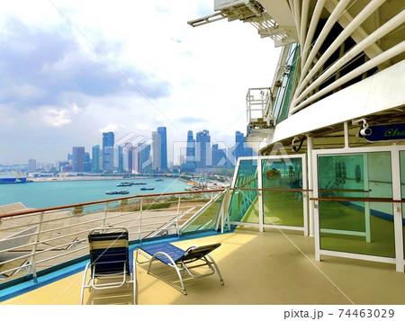 クルーズ船から見たシンガポールのビル群 74463029