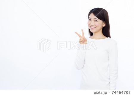 ピースをする30代女性 白バック  74464702