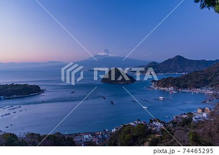 (静岡県)伊豆内浦湾越しに眺める富士山 夕景 74465295