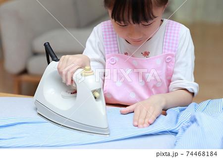 ワイシャツのアイロン掛けを手伝う5歳の女の子 74468184