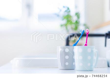 カップル用の二つの歯ブラシセット 74468254