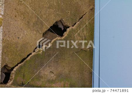 古びて割れたコンクリート 剥き出しの土台 74471891
