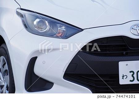 レンタカーのトヨタヤリスのアップ 74474101