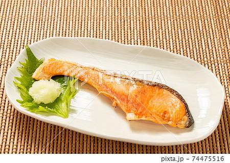 鮭の塩焼き(大根おろし添え)。 74475516