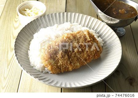 豚カツが乗った熱々ご飯とルーが入ったカレーポットとトッピングのナチュラルチーズ 74476016