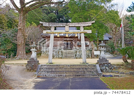 山口県下関市の内日神社鳥居と社殿 74478412