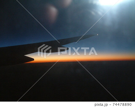 マレーシア、ランカウイ島上空の夕焼け 74478890