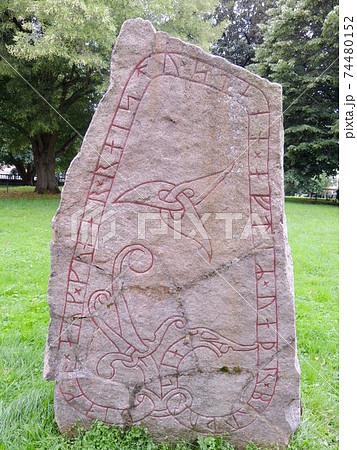 スウェーデンのウプサラにあるルーン文字石碑 74480152