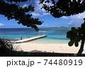 沖縄県本部町備瀬海岸から見るエメラルドグリーン青い海の伊江島 74480919