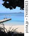 沖縄県本部町備瀬海岸から見るエメラルドグリーン青い海の伊江島 74480923