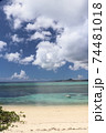 沖縄県本部町備瀬海岸から見るエメラルドグリーン青い海の伊江島 74481018