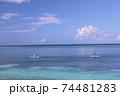 沖縄県本部町備瀬海岸エメラルドグリーン青い海でシーカヤック体験観光 74481283