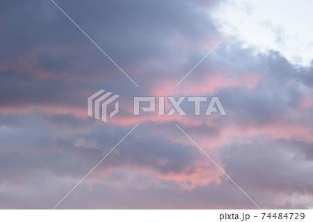 夕空 オーロラを思わせる茜雲と黒雲 74484729