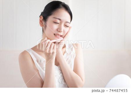虫歯・知覚過敏・歯周病の女性 74487455
