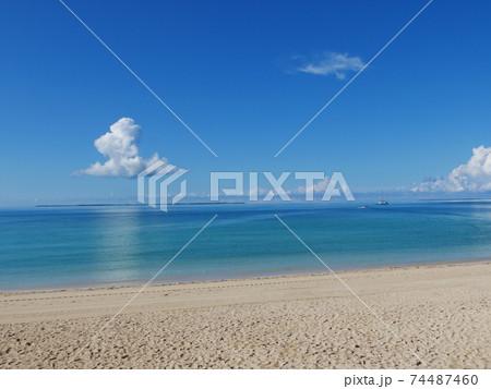 暑い夏の日のおだやかな青い海と真っ青な空 74487460