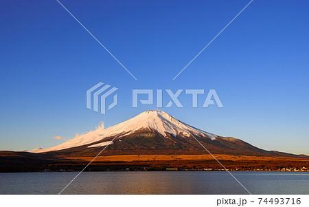 冬晴れの空と厳冬の富士山・山中湖 74493716