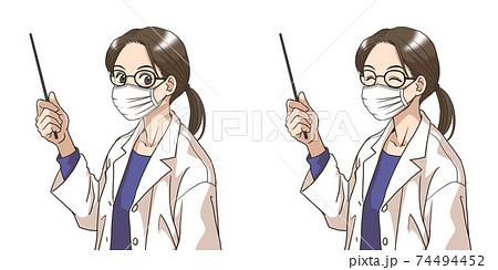 マスク姿で解説する白衣の若い女性 74494452