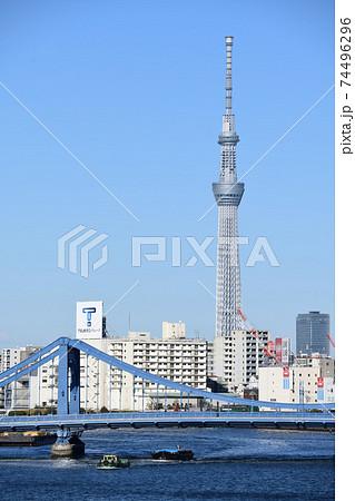 清洲橋とスカイツリーが見える隅田川の風景 74496296
