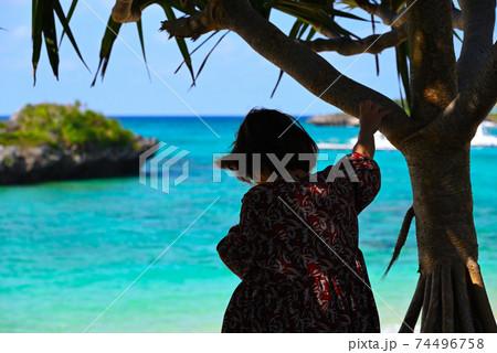 写真素材: 沖縄の海と女性一人旅⑦ 74496758