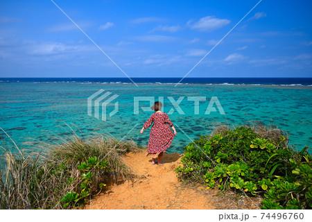 写真素材: 沖縄の海と女性一人旅⑤ 74496760