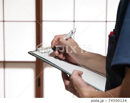 室内整体処置の記録を取る男性の手 74500134