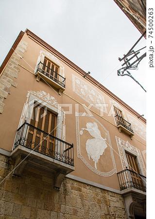スペインバルセロナ郊外の町タラゴナの街並み 白い飾りのついた薄茶色の壁の建物 74500263