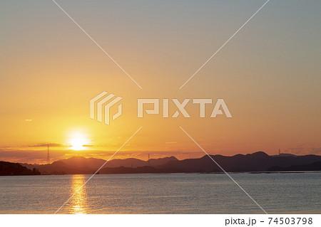 瀬戸内の日の出 島陰から伸びるサンロード 74503798