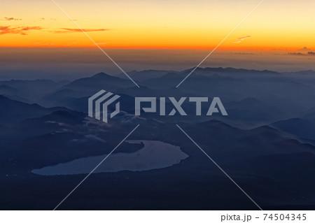 富士山山頂から見る夜明けの山中湖と丹沢の山並み 74504345