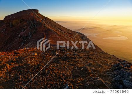 夜明けの富士山山頂と山中湖方面の眺め 74505646